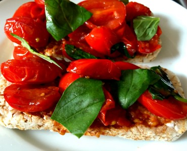 tomato and basil rice cakes